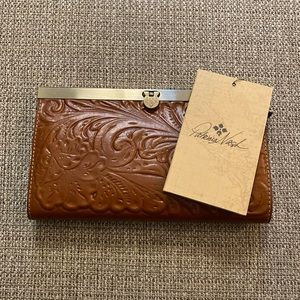 ☘️NWT! Patricia Nash Tooled Embossed Cauchy Wallet